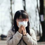 感染防止のためにマスクをしている女の子