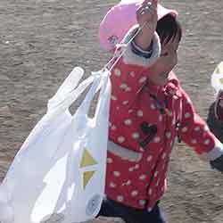 正月遊びでスーパーの袋で即席の凧揚げを楽しんだ様子