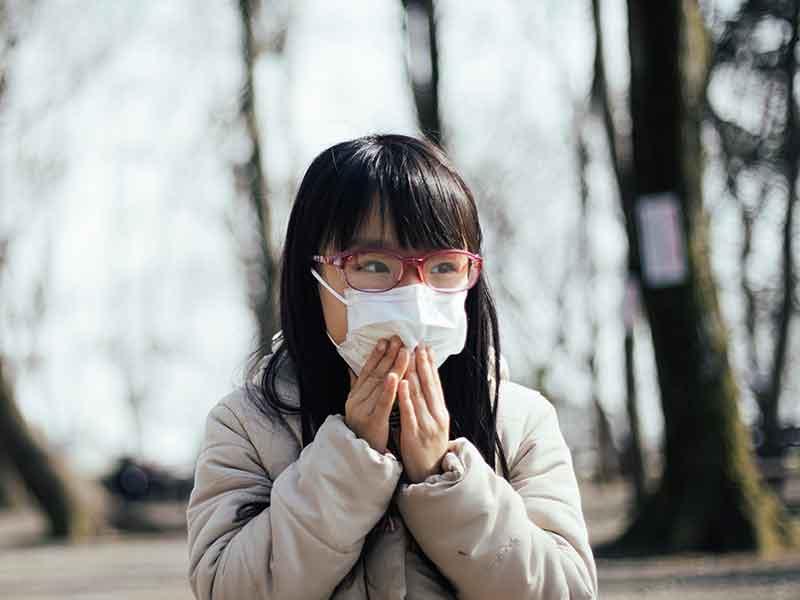 感染防止のためにマスクをする子ども